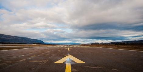 Rullebanen på Lakselv lufthavn Banak fotografert fra syd. Rullebanen er med sine 2.788 meter landets 6. lengste rullebane.